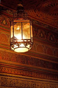 Lampe marocaine et décoration du palais Bahia