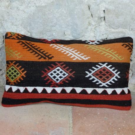 Housse de coussin en kilim Lumbar D019 décorée de motifs tribaux sur fond orange et noir