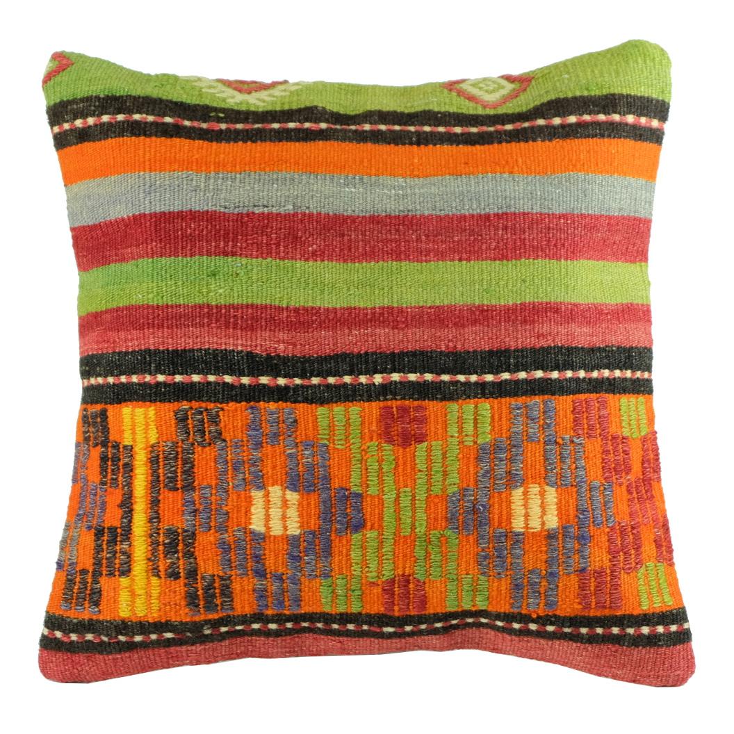 Coussin en kilim décoré de motifs ethniques colorés par KaravaneSerail