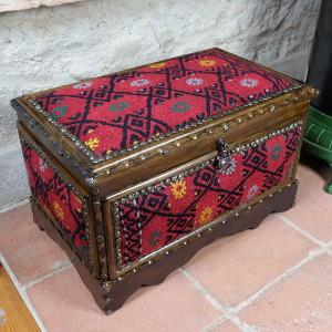 Coffre en bois et kilim Physios par KaravaneSerail