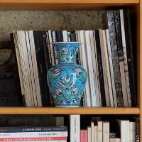 Vas en céramique artisanale sur une étagère