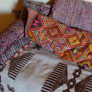 Tissu et coussins marocain pour une banquette de salon marocain par KaravaneSerail