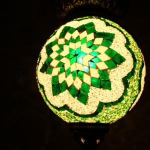 Lampe mosaïque Idia verte par KaravaneSerail