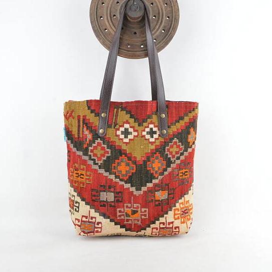 Sac en kilim et maroquinerie par Kauwa (Etsy)