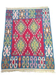 Tapis kilim ethnique rouge et bleu par KaravaneSerail