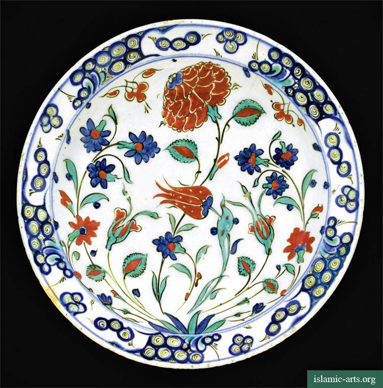 Plat décoratif en céramique d'Iznik style Kara Memi