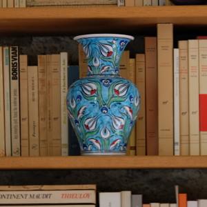 Vase Derya Turquoise sur bibliothèque de salon