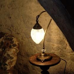 Lampe Ishara en laiton, verre craquelé et col de cygne. A poser sur une table de chevet, bureau ou commode.