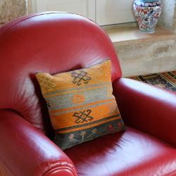 Coussin kilim vintage par KaravaneSerail