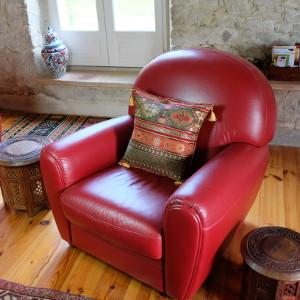 Coussin oriental Kapadokia dans salon sur fauteuil rouge