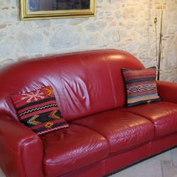 Coussins en kilim sur canapé pour décoration bohème par KaravaneSerail