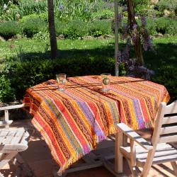 Tissu Batys décoré de motifs orientaux utilisé en nappe / couverture de table