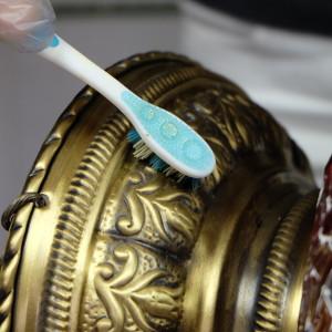Frotter avec une brosse à dent le laiton, par KaravaneSerail