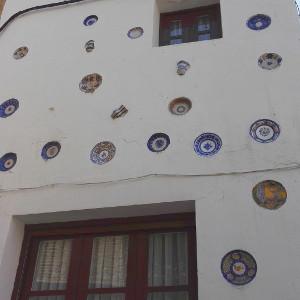 Assiettes décoratives en façade par KaravaneSerail