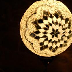 Lampe turque en mosaïque blanche Istia par KaravaneSerail