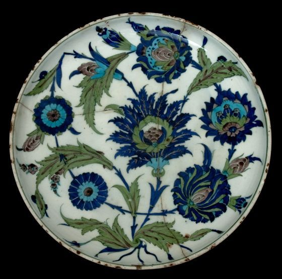 Plat en céramique d'Iznik style Saz ou Hatayi par Sahkulu (collection privée)