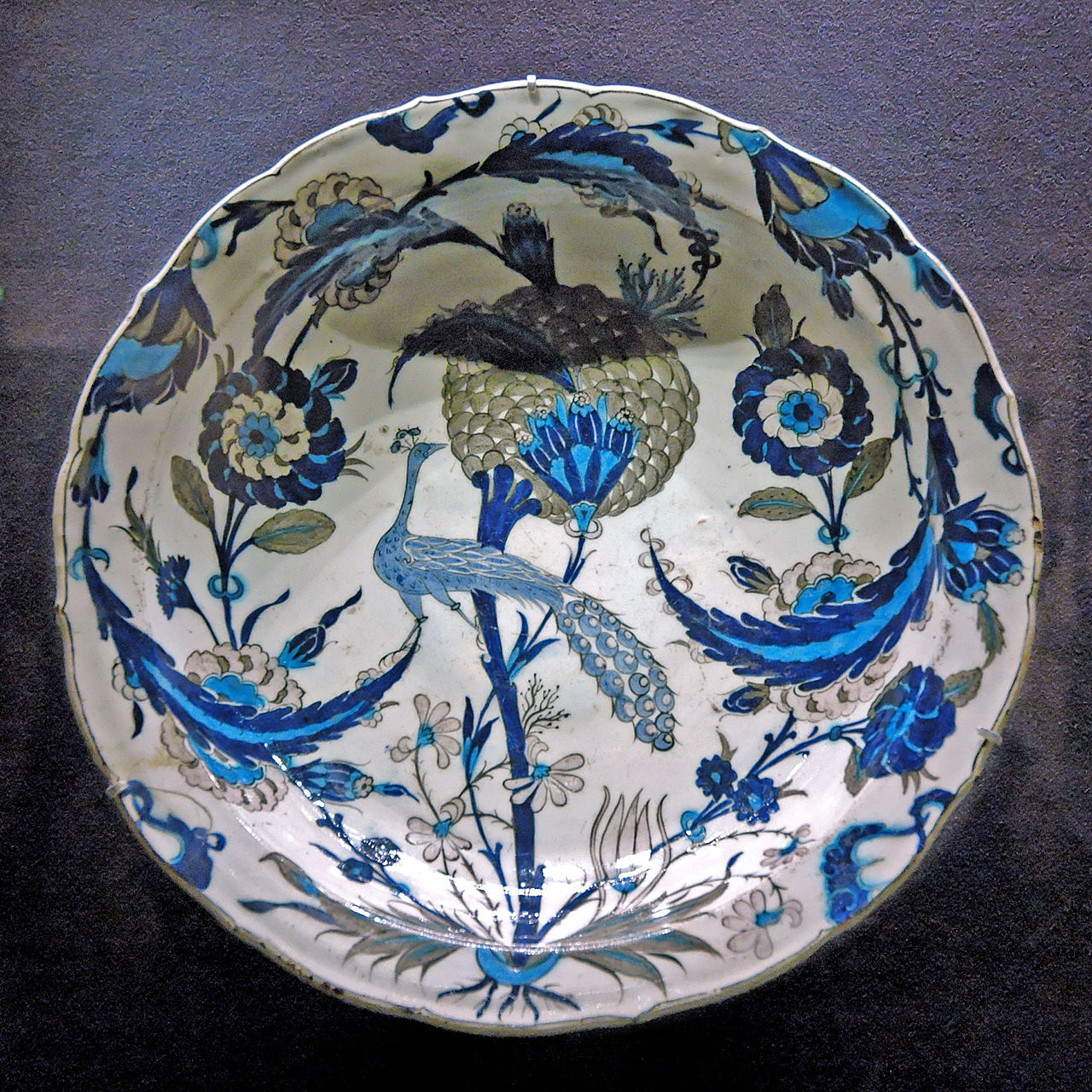 Plat en céramique d'Iznik style Saz ou Hatayi