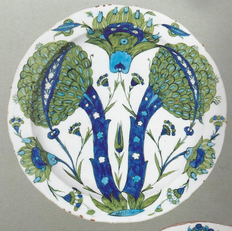 Plat en céramique d'Iznik avec artichauds style Saz ou Hatayi par Shah Qulu