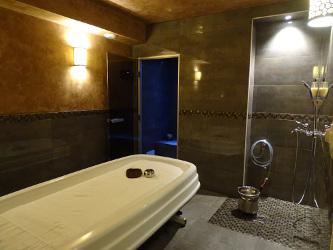 Le luminaire oriental en laiton Konya dans le spa de l'hotel restaurant Ti al Lannec - KaravaneSerail