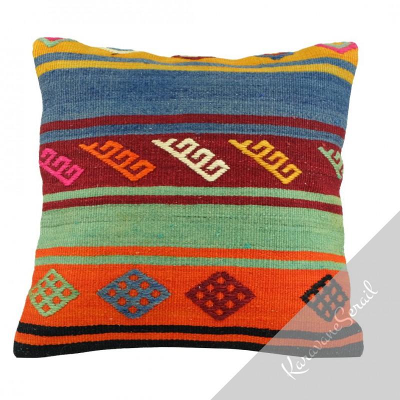 Coussin en kilim traditionnel avec motifs ethniques pour décoration bohème, par KaravaneSerail